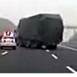Incredibil in China - un camion sicaneaza masina Politiei pe autostrada timp de peste 7 minute