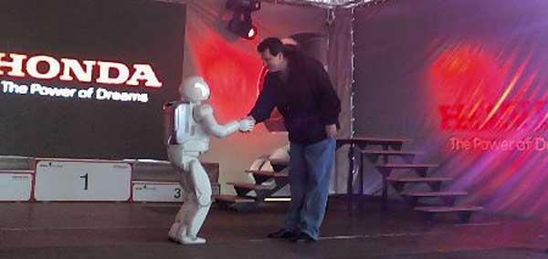 Doi tovarasi buni, ASIMO si Iulian Senos...