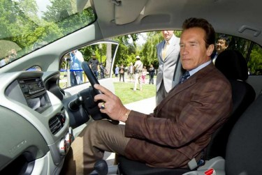 Schwarzenegger la volanul i-MiEV
